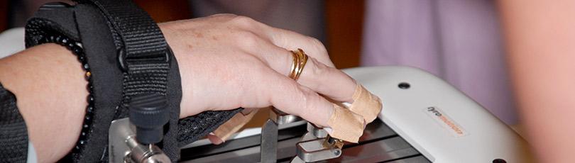 Utilizamos robots en la rehabilitación del brazo y la mano tras un ictus