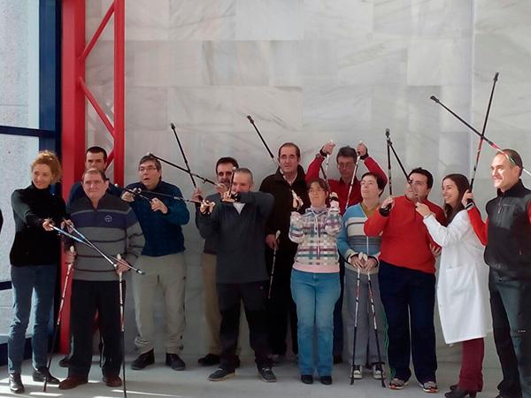 Los usuarios del Centro de día Aita Menni de San Sebastián conocen la marcha nórdica