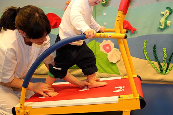 Pequeños aparatos de gimnasia nos ayudan en los programas de neurorrehabilitación infantil