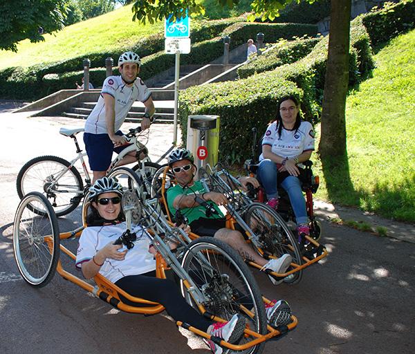 Los deportistas ADAM pedalean en el Parque Europa