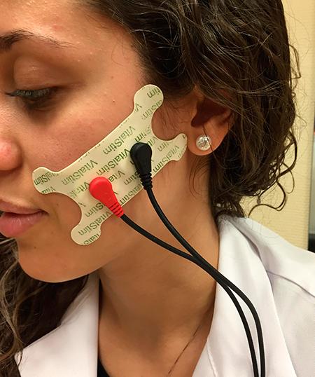 Posición indicada para mejorar la fase oral en las disfagia, estimula el nervio facial permitiendo contracción en los músculos faciales: buccinador y orbicular.