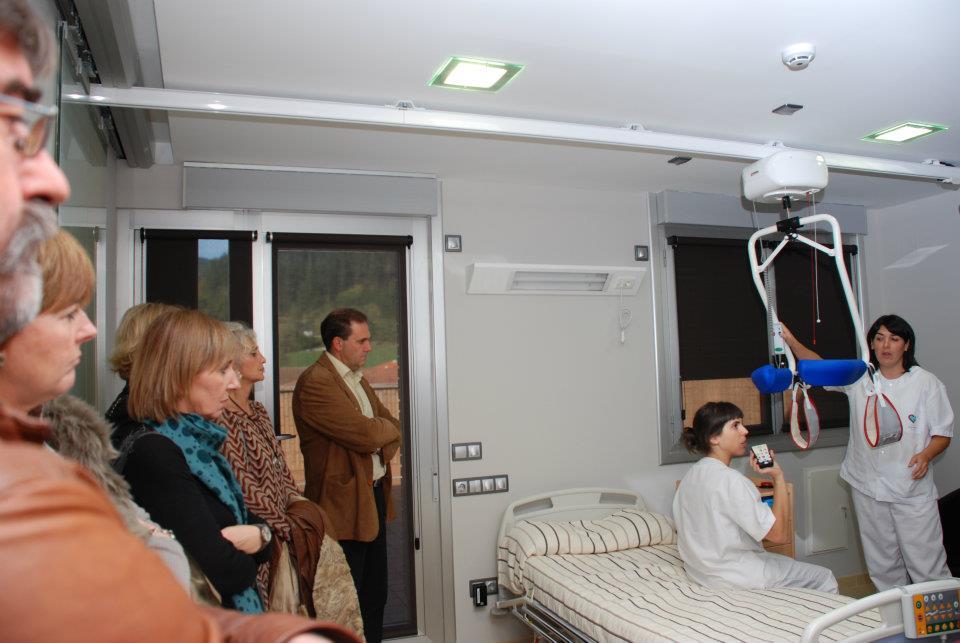 Dormitorio sin barreras: relación privilegiada entre cama y sanitarios