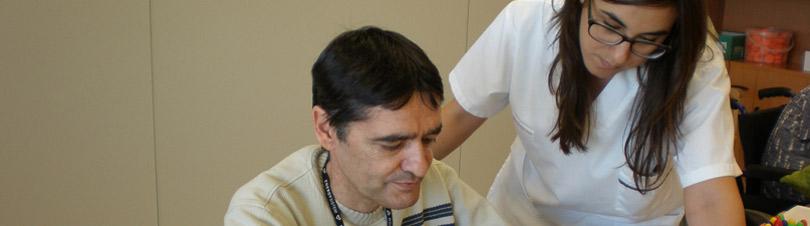 Terapias individuales y, además, terapia en grupo para fomentar la interacción social
