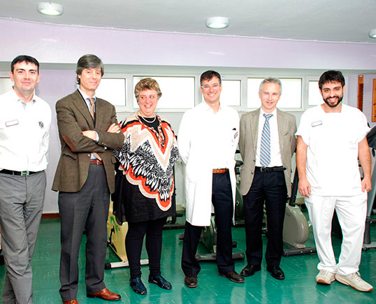 Equipo de profesionales del área de Daño Cerebral con el gerente del Centro Hospitalario Padre Menni, Carlos Pajares, y el director de la Red Menni de Daño Cerebral, J.Ignacio Quemada.