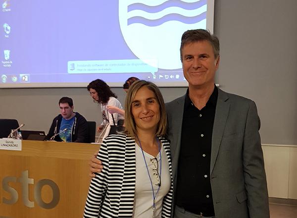 La doctora en Fisioterapia Ana I. Useros y el neurólogo Gurutz Linazasoro, en el taller del congreso Zahartzaroa.