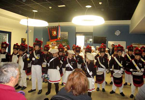 Los colegios Eskibel y Erain traen de nuevo la alegría de la Tamborrada a nuestro centro en Zuatzu