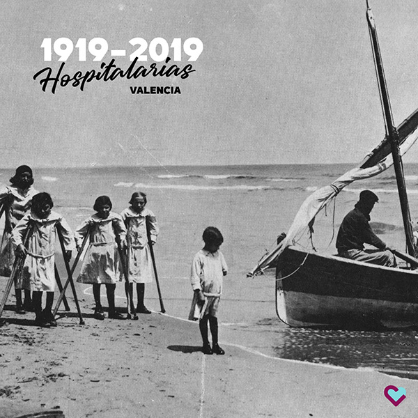 Asiladas de paseo por la playa, significativa imagen de archivo en la Playa de la Malvarrosa