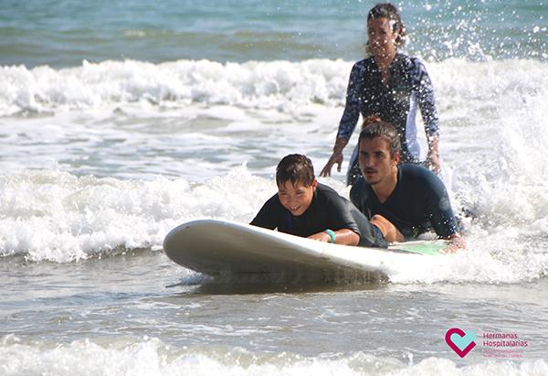 Pacientes de la Unidad de Daño Cerebral de Hermanas Hospitalarias Valencia practican surf adaptado