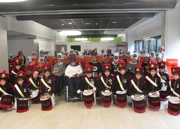 El Centro de Día de Daño Cerebral Aita Menni vuelve a disfrutar de la Tamborrada