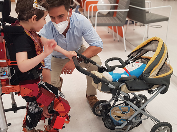 Iris camina gracias al primer exoesqueleto pediátrico del mundo: Atlas 2030